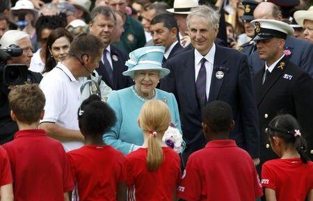 5 Queen Elizabeth Meets Ball Kids