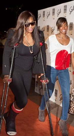 Serena Williams Back in Cast and on Crutches 2