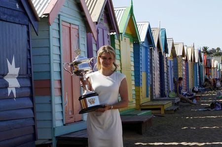 Kim Clijsters AO11 Trophy Beach 2 r