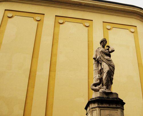 12 Budapest Statue